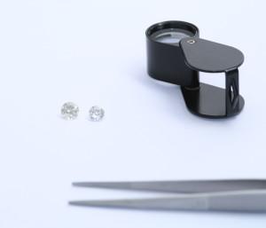 Lupe-Pinzette-Diamanten bei der Diamant-Gutachterin