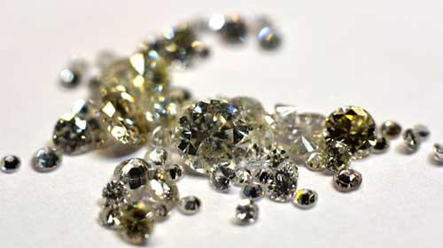 Diamant-Gutachterin beurteilt Ihre Diamanten